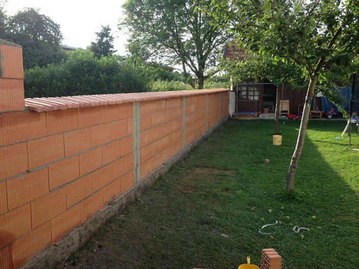 Mauer mit Abschlußziegeln